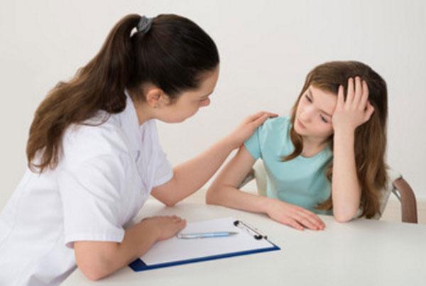 Доктор общается с девочкой