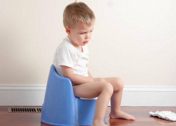 Расстроенный мальчик сидит на горшке