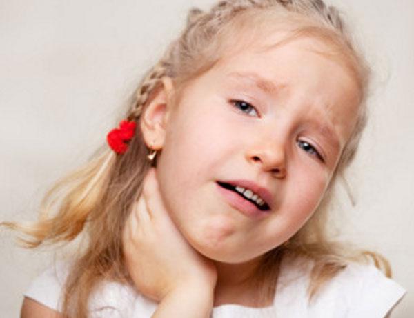 Девочка держится за шею сбоку