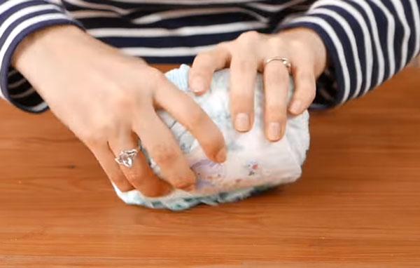 4 памперса сворачивают в рулон