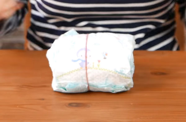 Рулон подгузников, обтянутый резинкой
