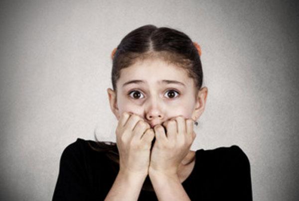 Напуганная девочка