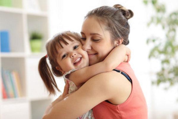 Мама крепко обнимает дочку, а она ее