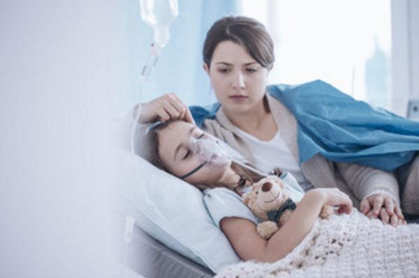 Девочка в больничной палате. На лице кислородная маска. рядом лежит мама