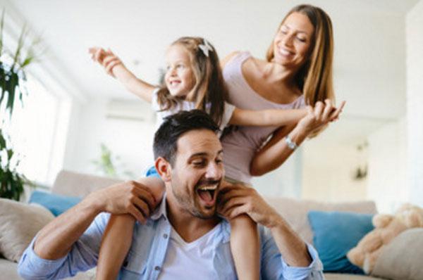Счастливая семья весело проводит время