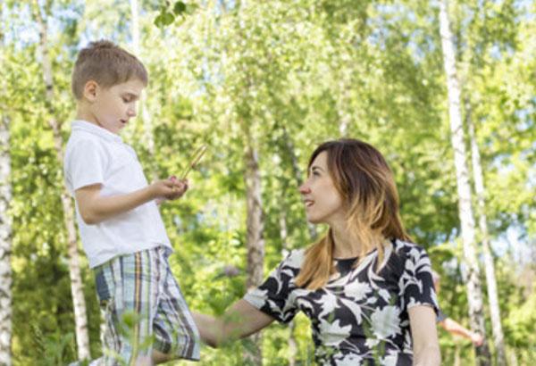 Мама общается с сыном