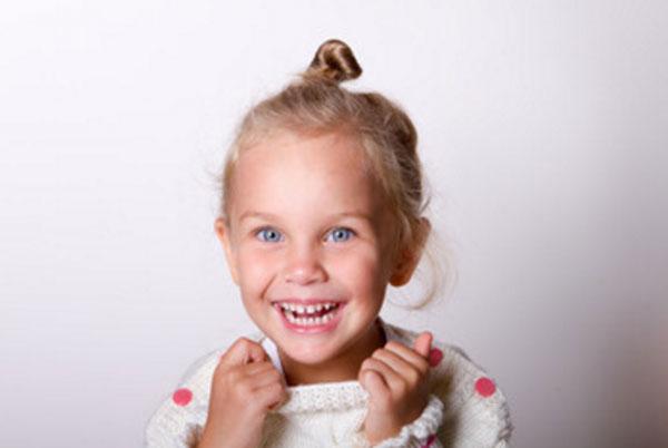 Счастливая девочка чему-то радуется