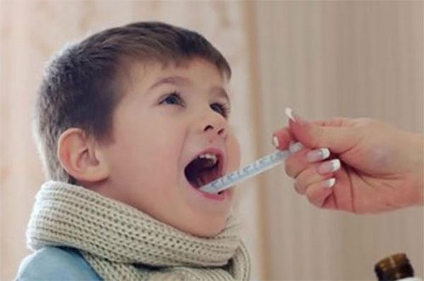 Ребенку специальным шприцом впрыскивают лекарство в рот