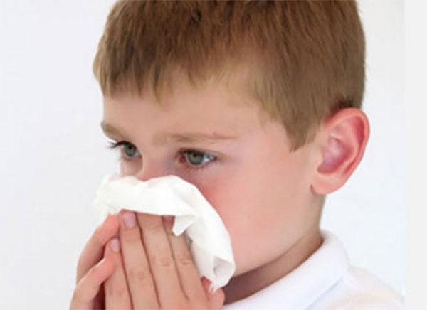 Мальчик с носовым платком у носа