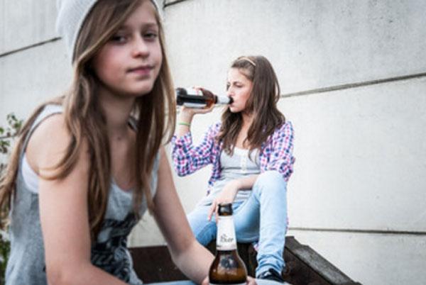 Девочки - подростки пьют пиво