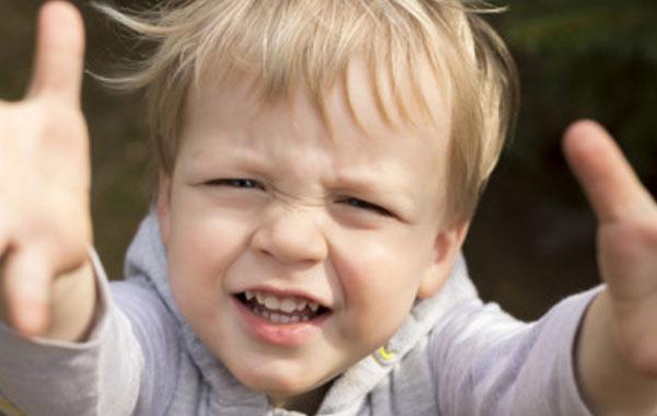 Маленький ребенок тянется ручками. Просит, чтоб его взяли на руки