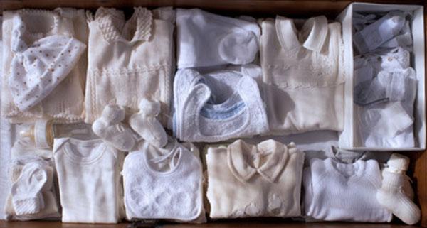 Ящик с подготовленными вещами для новорожденного