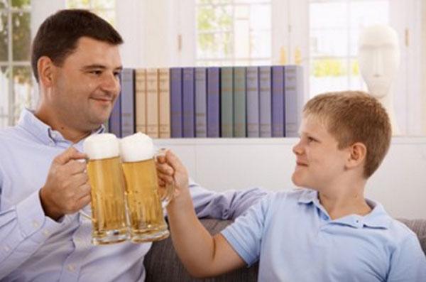 Папа с сыном - подростком с бокалами пива