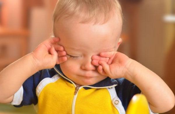 Мальчик трет глазки