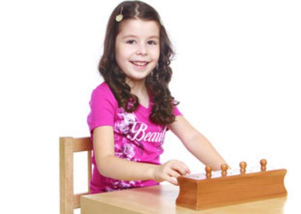 Девочка изучает материал Монтессори