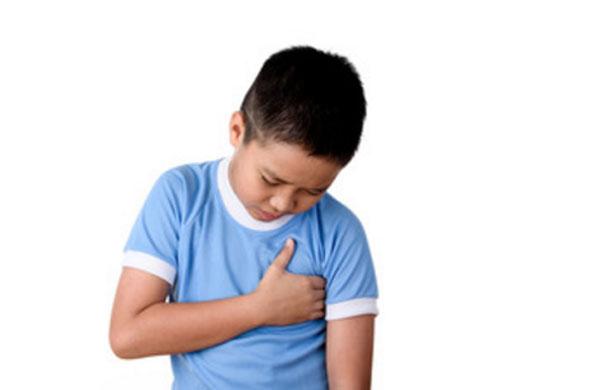 Мальчик держится за сердце