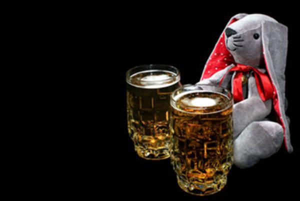 Мягкий заяц. Рядом два бокала пива