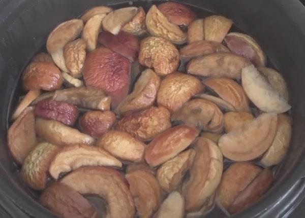 Готовый компот из сушенных яблок