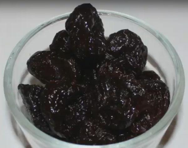 Стакан с промытым черносливом