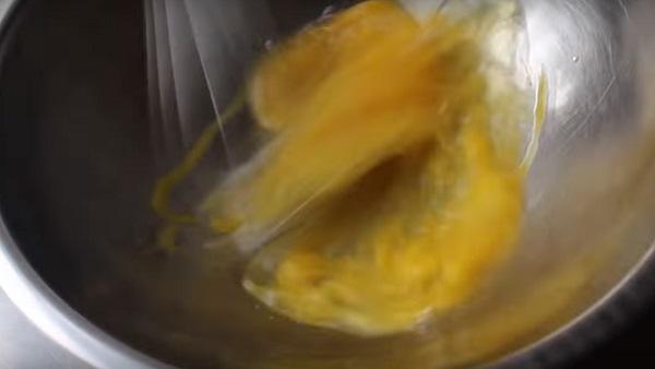 Взбивание яиц венчиком