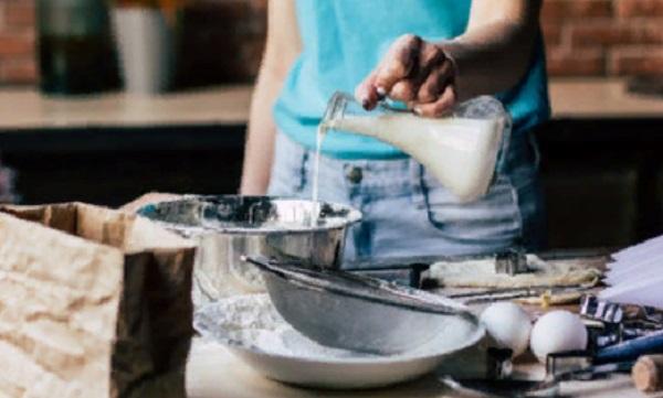 Вливание молока в миску