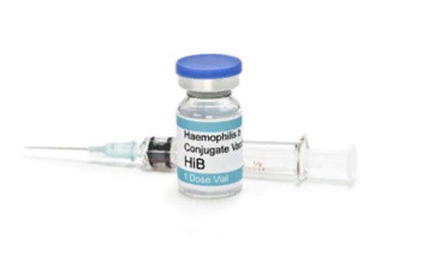 Вакцина ХИБ и шприц на заднем плане
