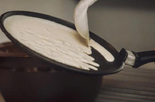 Разливание теста по сковороде