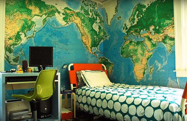 На стенах карта мира