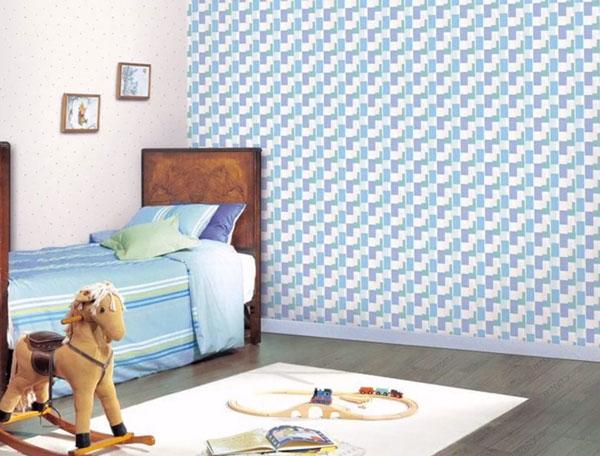 Одна стена выполнена в светлом тоне, вторую украшают геометрические узоры