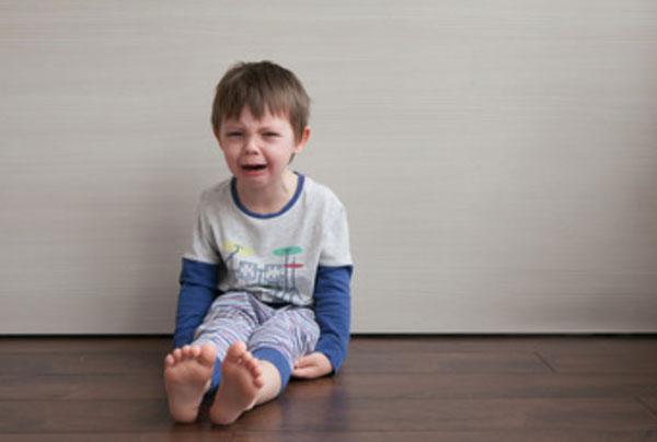 Ребенок протестует, сидя на полу