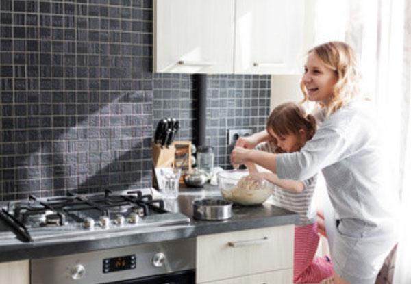 Мама готовит вместе с дочкой