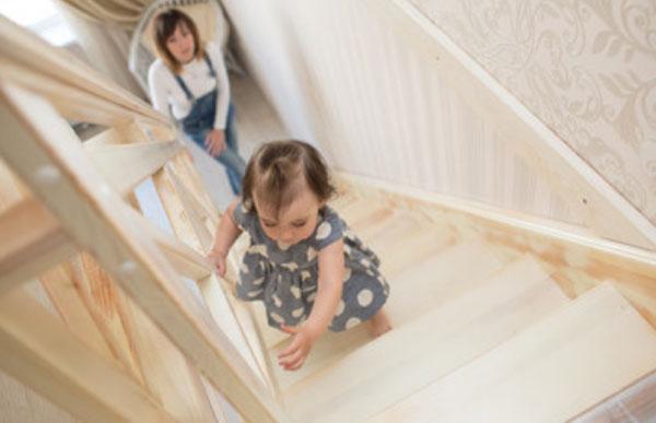 Девочка поднимается по ступенькам, мама бежит за ней