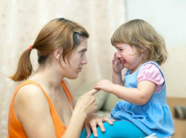 Мама ругает дочку. Девочка плачет