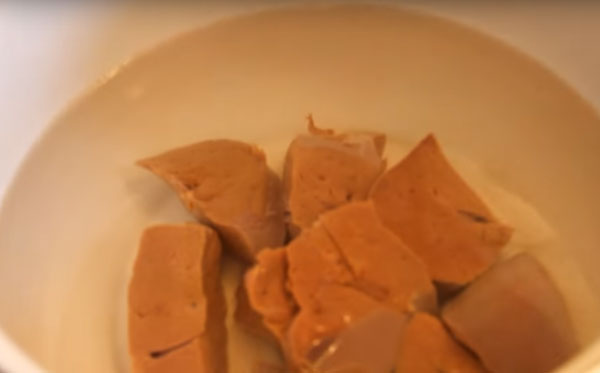 Печень варится в кастрюле
