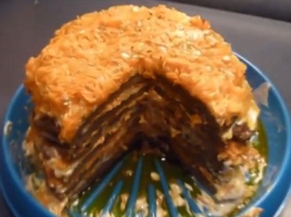 Пропитанный торт с отрезанным кусочком