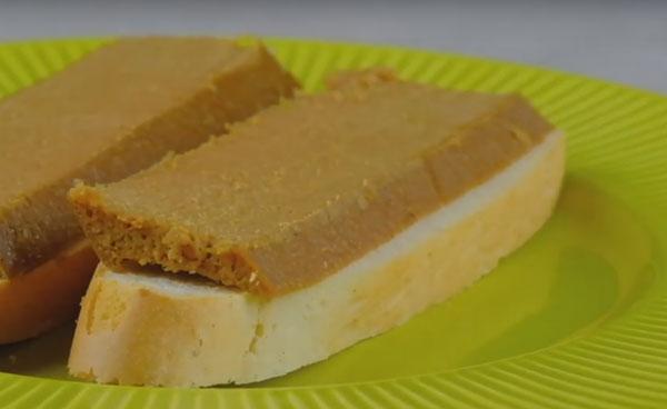 Готовые кусочки суфле на хлебе