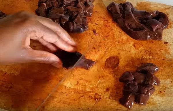 Нарезание печени кубиками