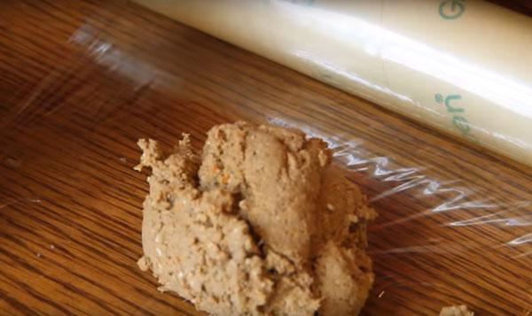 Выкладывание печеночной массы на пищевую пленку
