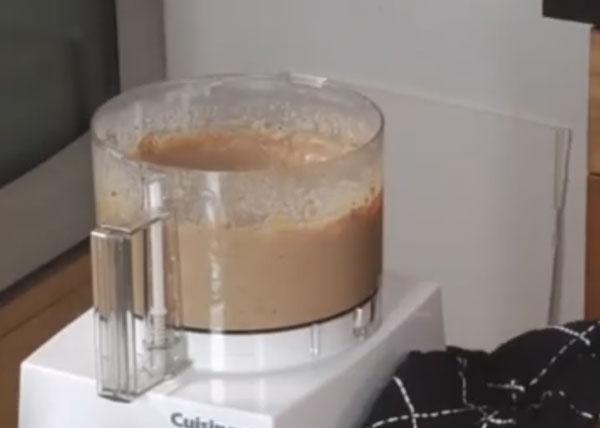 Блендер с измельченными печенью, картофелем и молоком