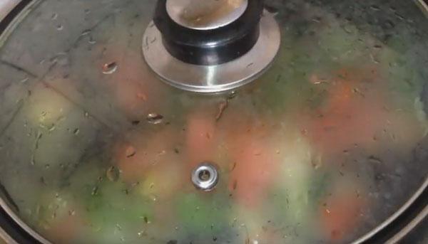 Сковорода накрыта крышкой