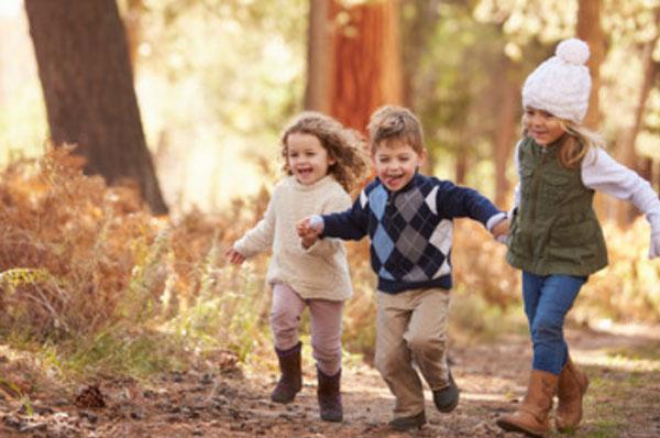 Дети бегут по лесу