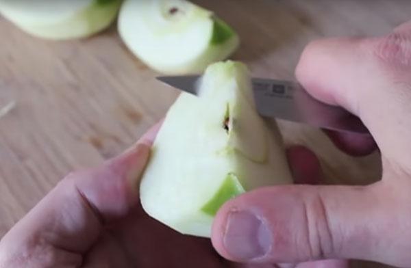 Удаление сердцевины из яблока