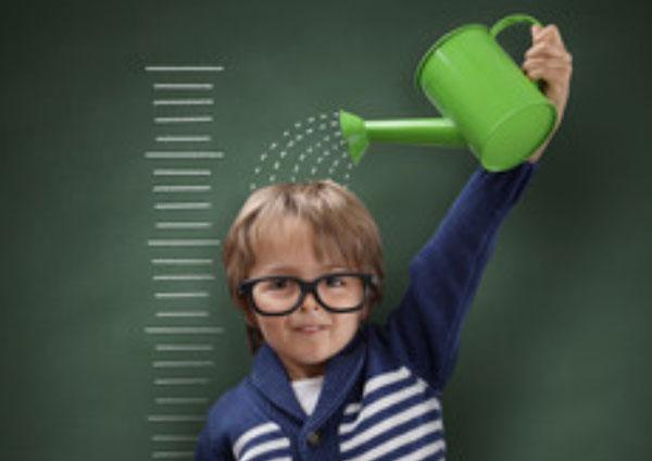 Ребенок поливает себя из леечки, чтоб быстрее расти