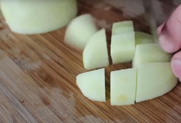 Нарезка яблока кубиками
