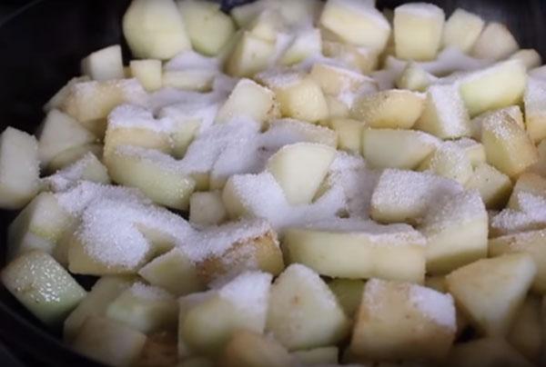 Добавление к яблоку белого сахара