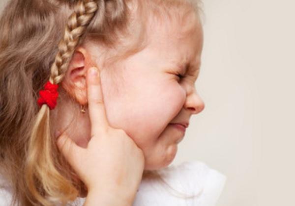Девочка хватается за ухо