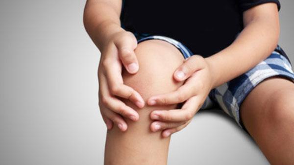 Ребенок держится за колено