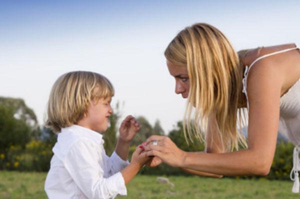 Мама трогает руку ребенка, который плачет