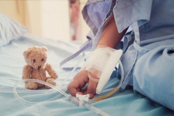 Ребенок в больнице под капельницей