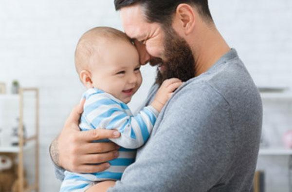 Папа держит сына на руках